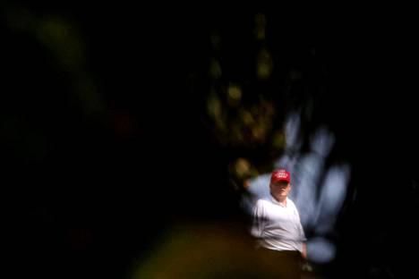 Donald Trump kuvattuna golfkentällä 8. helmikuuta.
