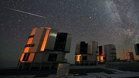 Meteori perseidien parvesta kuvattuna Euroopan eteläisen VLT- observatorion yllä Chilessä elokuussa 2010.