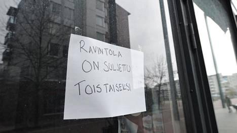Koronapandemian vuoksi suljettu ravintola Helsingissä 4. toukokuuta 2020. Ainakin kymmenet ravintolat hakevat korona-ajan sulkemisesta vakuutuskorvauksia oikeusteitse.