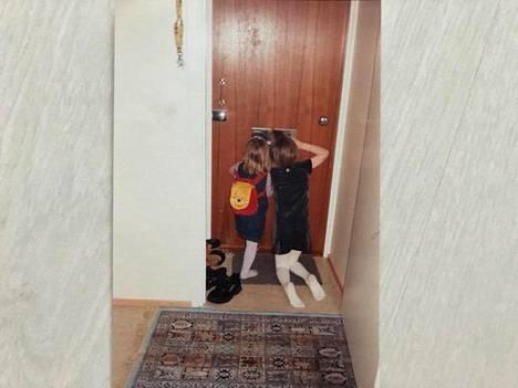 Keravalainen Emma Jaatinen asui osoitteessa Moukaritie 4 sijaitsevassa kerrostalossa ollessaan pikkutyttö vuosina 2000-2002. Isosiskon kanssa oli jännää kurkkia postiluukusta rappukäytävään. Samasta eteisestä Jaatinen otti viikko sitten uuden kuvan vieraillessaan Taiteen kotitalossa vanhassa kodissaan.