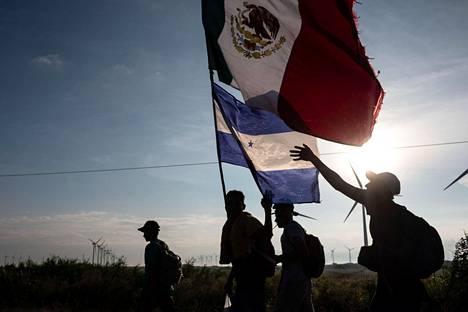 Suurimmaksiosaksi Hondurasta kotoisin olevia maahanmuuttajia matkaa Meksikosta kohti Yhdysvaltoja. Donald Trumpille maahanmuuttajat ovat tärkeä apu vaalitaistossa, mikä keskittyy pelon lietsontaan.