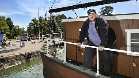Riku Räsänen uskoo Rauman vetovoimaan ja on kohentanut muun muassa Poroholman leirintäaluetta. Räsänen kuvattiin purjealus Maritan kannella Poroholman laiturissa.