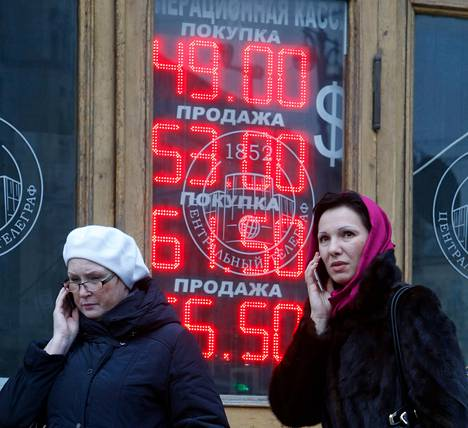 Valuutanvaihtopisteen valotaulu kertoi koruttomasti ruplan heikkenemisestä suhteessa dollariin ja euroon.