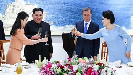 Pohjois-Korean johtaja Kim Jong-un ja hänen vaimonsa Ri Sol-ju (vas.) kilistivät maljoja Etelä-Korean presidentti Moon Jae-inin ja hänen vaimonsa Kim Jung-sookin kanssa.
