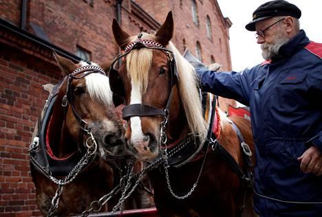 Koff-hevoset joutuvat vähintään muuttamaan nimeään lain voimalla. Vieressä ajuri Markku Nyman.
