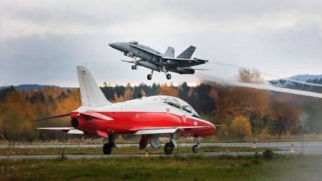 Hornet-hävittäjä ja Hawk-suihkuharjoituskone (etualalla) Rissalassa kolme vuotta sitten. Molemmat konetyypit osallistuvat Ilmataktiikka 20 -harjoitukseen.
