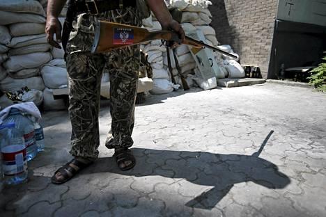 Kapinallisten perustaman kansantasavallan taistelija partioi Donetskissa keskiviikkona 28. toukokuuta.