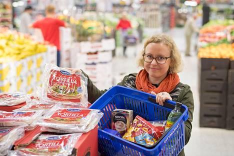 Historiantutkija Essi Huuhka valitsi Kupittaan Citymarketissa ostoskoriin tuotteita, joita ei ennen 1990-lukua ollut. Silloin suomalaisten pöytiin saapuivat esimerkiksi tortillat.