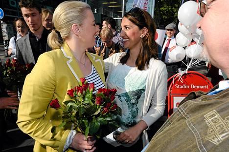 SDP:n Jutta Urpilainen ja Nasima Razmyar keskustelivat vaalikojulla Helsingissä perjantaina.