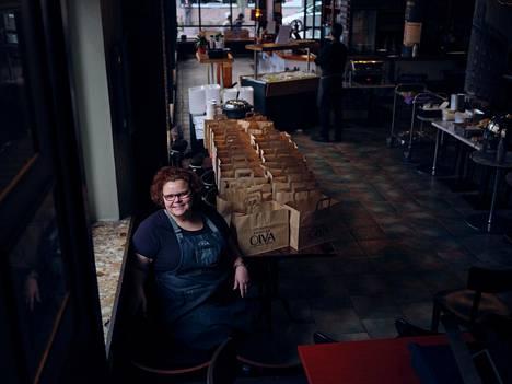 Ravintola Oivan yrittäjä Johanna Rönkkö on myynyt noutoruokaa koronarajoitusten aikana. Oivan lounas ja brunssi tarjoillaan normaalisti buffettina, joka ei ole kesäkuussakaan sallittua.