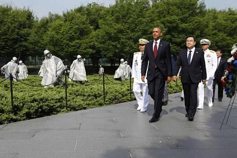 Yhdysvaltain presidentti Barack Obama kävi yhdessä Etelä-Korean edustajan Kim Jung-hunin kanssa laskemassa seppeleen Korean sodan veteraanien muistomerkillä Washingtonissa aselevon 60-vuotispäivänä 27. heinäkuuta 2013. Sodassa kuoli kymmeniätuhansia amerikkalaissotilaita.
