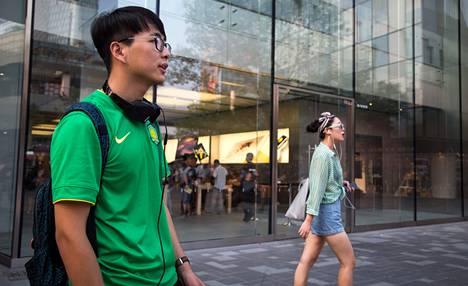 """Pekingiläinen Zheng Meng kävi Sanlitunin Apple Store -kaupassa katsomassa uudenmallista kannettavaa tietokonetta.<br />""""Päätän myöhemmin, ostanko sen. Tuskin sen hinta tuosta nousee. Applella yleensä vain uudet tuotteet ovat kalliimpia kuin edeltävät mallit."""""""