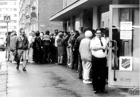 Ihmiset odottivat Pelastusarmeijan leipäjonossa Helsingissä joulukuussa 1993.