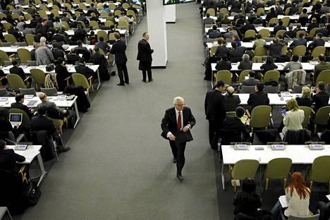 Venäjän YK-edustaja Vitali Churkin poistumassa YK:n yleiskokouksesta torstaina.