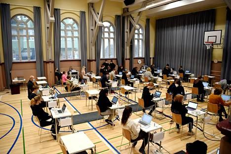 Reaaliaineiden ylioppilaskirjoitukset pidettiin turvavälein Ressun lukiossa Helsingissä 30. maaliskuuta.