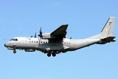 Koneen rungosta törröttävät lukuisat antennit auttavat erottamaan tiedustelulaitoksen Casa C-295M -signaalitiedustelukoneen muista Ilmavoimien Casa-koneista.