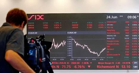 TV-kuvaaja kuvasi pörssikurssikäyriä kesäkuussa Zürichin pörssissä.