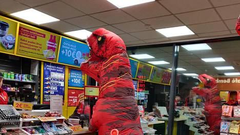 Bembölen Shellillä kävi erikoisia asiakkaita.