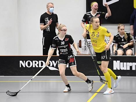 Entinen mestarihiihtäjä, SB-Pron valmentaja Jari Isometsä (vas.) seurasi, kun joukkueessa pelaava tyttärensä Aada Isometsä (30) kamppaili PSS:n Julia Turusen (10) kanssa ensimmäisessä finaaliottelussa.
