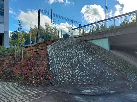Koivuhovin asemalle pääsi aiemmin vanhoja portaita pitkin.