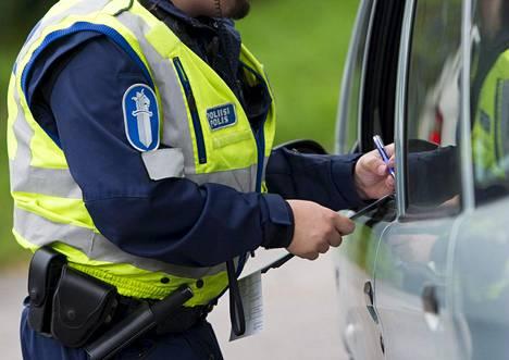 Rikesakkoa kirjoitettiin autoilijalle Helsingissä syyskuussa 2015.