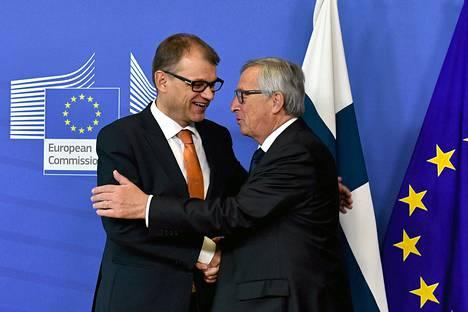 Pääministeri Juha Sipilä ja Euroopan komission presidentti Jean-Claude Juncker tervehtivät keskiviikkona Brysselissä.