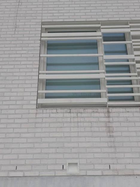Valumajälkiä päiväkodin ikkunassa.
