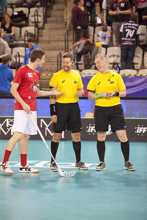 Mikko Alakare (kesk) ja Vesa Vilkki vaihtoivat näkemyksiä Kanadan Tyler Bushin kanssa MM-kisojen ottelussa Saksaa vastaan.