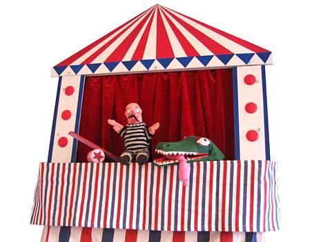 Nukketeatteritaiteilija Milla Riskun Circus Strada -esityksessä on tämän näköisiä kavereita. Nuket ja rekvisiitta ovat hyvin pieniä, jotta esitys kulkee kätevästi mukana.
