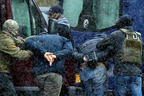 Poliisi teki kiinniottoja opposition mielenosoituksissa Minskissä Valko-Venäjällä sunnuntaina.