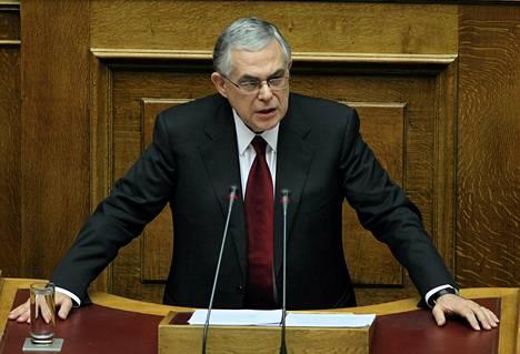 Kreikan pääministeri Loukas Papadimos puhumassa parlamentissa maanantaina.