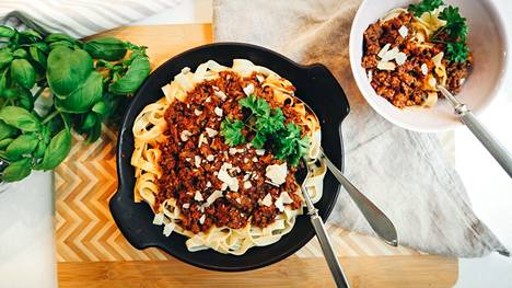 Perinteinen tomaattinen jauhelihakastike saa uutta mehevyyttä, kun joukkoon lusikoi balkanilaista paprika-munakoisotahna ajvaria.