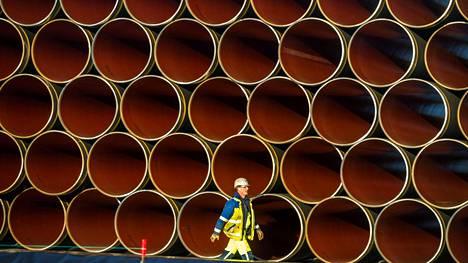 Uuden Venäjältä Saksaan vedettäväksi aiotun kaasuputken osia on varastoituina valmiiksi Sassnitz-Mukran satamassa Saksassa.