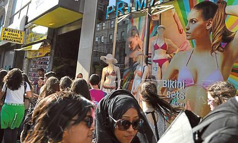 Lontoolaisella ostoskadulla riitti shoppailijoita viime keväänä.