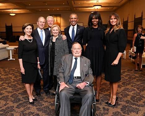 Kuvassa Laura Bush (vas.), George W. Bush, Bill Clinton, Hillary Clinton, George H.W. Bush, Barack Obama, Michelle Obama ja Melania Trump.