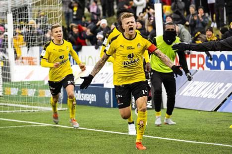 KuPSin kapteeni Petteri Pennanen (edessä), Tommi Jyry (vas.) ja Ariel Ngueukam juhlivat Pennasen tekemää 1-0-maalia ottelussa KuPS - FC Honka Kuopiossa viime vuoden lokakuussa.