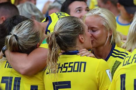 Magdalena Eriksson (vas.) ja Pernille Harder suudelma MM-kisoissa teki heistä roolimalleja. Kuvassa pariskunta suutelee pronssiottelun jälkeen.