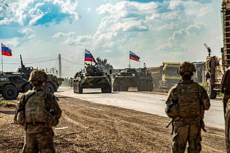 Yhdysvaltalaiset sotilaat seuraavat venäläisiä panssaroituja miehistönkuljetusvaunuja Kamishlin kaupungin lähellä Syyriassa toukokuun 2. päivä.