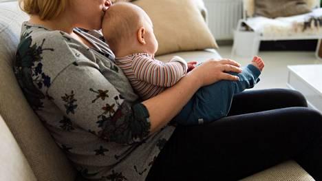 Monelle vauvalle ja vanhemmalle on voinut sopia elämänmeno, jossa on aikaa köllötellä kotona.