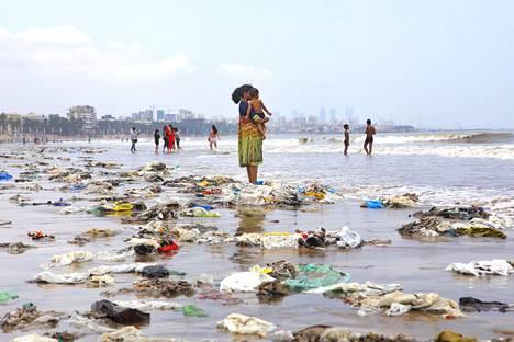 Muoviroskaa Mumbain rannalla vuonna 2018.