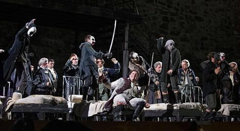Rosvot-oopperassa vanhan kreivin Massimilianon kaksi poikaa ovat kumpikin omalla tavallaan hunningolla, sillä isoveli Carlo on lyöttäytynyt rosvojoukon päälliköksi ja pikkuveli Francesco juonittelee saadakseen itselleen sekä isänsä perinnön että veljensä morsiamen Amalian.