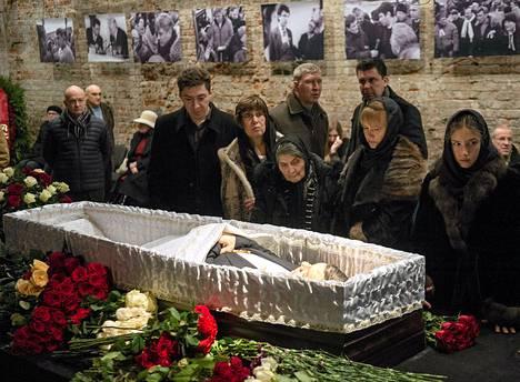 Sukulaiset ja ystävät jättivät jäähyväiset Boris Nemtsoville Moskossa tiistaiaamuna.