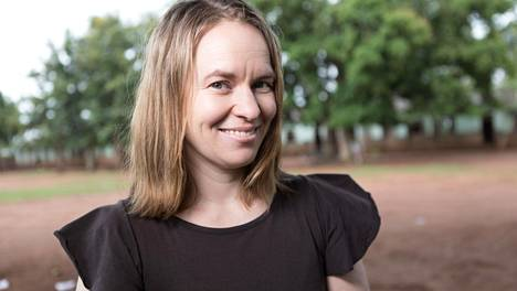 Kirjailija ja viestintäyrittäjä Satu Rämö vieraili ugandalaisten kylien kouluissa Keski-Afrikassa keväällä 2018.