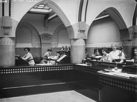 Privatbanken i Helsingforsin virkailijoita työssään 1900-luvun alussa. Jugend-tyylinen pankkisali rakennettiin Uschakoffin talon sisäpihalle vuonna 1904, suunnittelija oli Lars Sonck. Myöhemmin se on tunnettu nimellä Jugendsali, ja siinä on toiminut muun muassa Helsingin kaupungin infopiste.