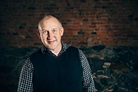 Jukka Korpi on taustaltaan tanssija ja koreografi, joka muutti Tukholmaan 1980-luvulla. Ruotsalaisiin kulttuuripiireihin sopeutuminen ei koskaan ollut kovin vaikeaa.