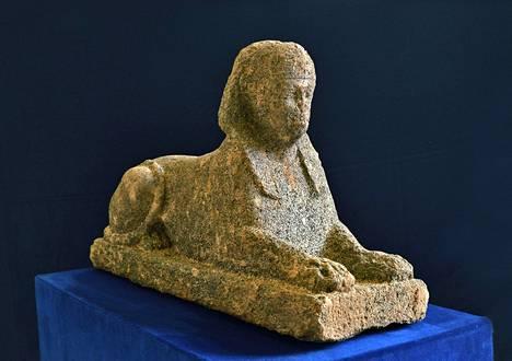 Noin 120 senttiä pitkä sfinksi oli varastettu hautausmaalta.