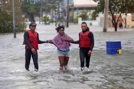 Pelastusviranomaiset saattoivat asukasta turvaan tulvaveden keskellä sunnuntaina Kuuban pääkaupunki Havannassa.