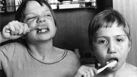 1970-luvulla lapsia ohjattiin pesemään hampaat säännöllisesti.