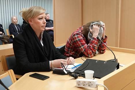 Asianajaja Jutta Wallén-Leino avusti veljensä ampunutta miestä Rovaniemen hovioikeuden istunnossa helmikuussa 2020. Istunto pidettiin Oulun käräjäoikeuden tiloissa.