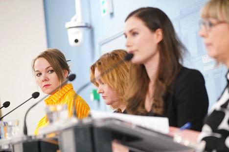 Katri Kulmuni, Krista Kiuru, Sanna Marin ja Aino-Kaisa Pekonen hallituksen tiedotustilaisuudessa keväällä.